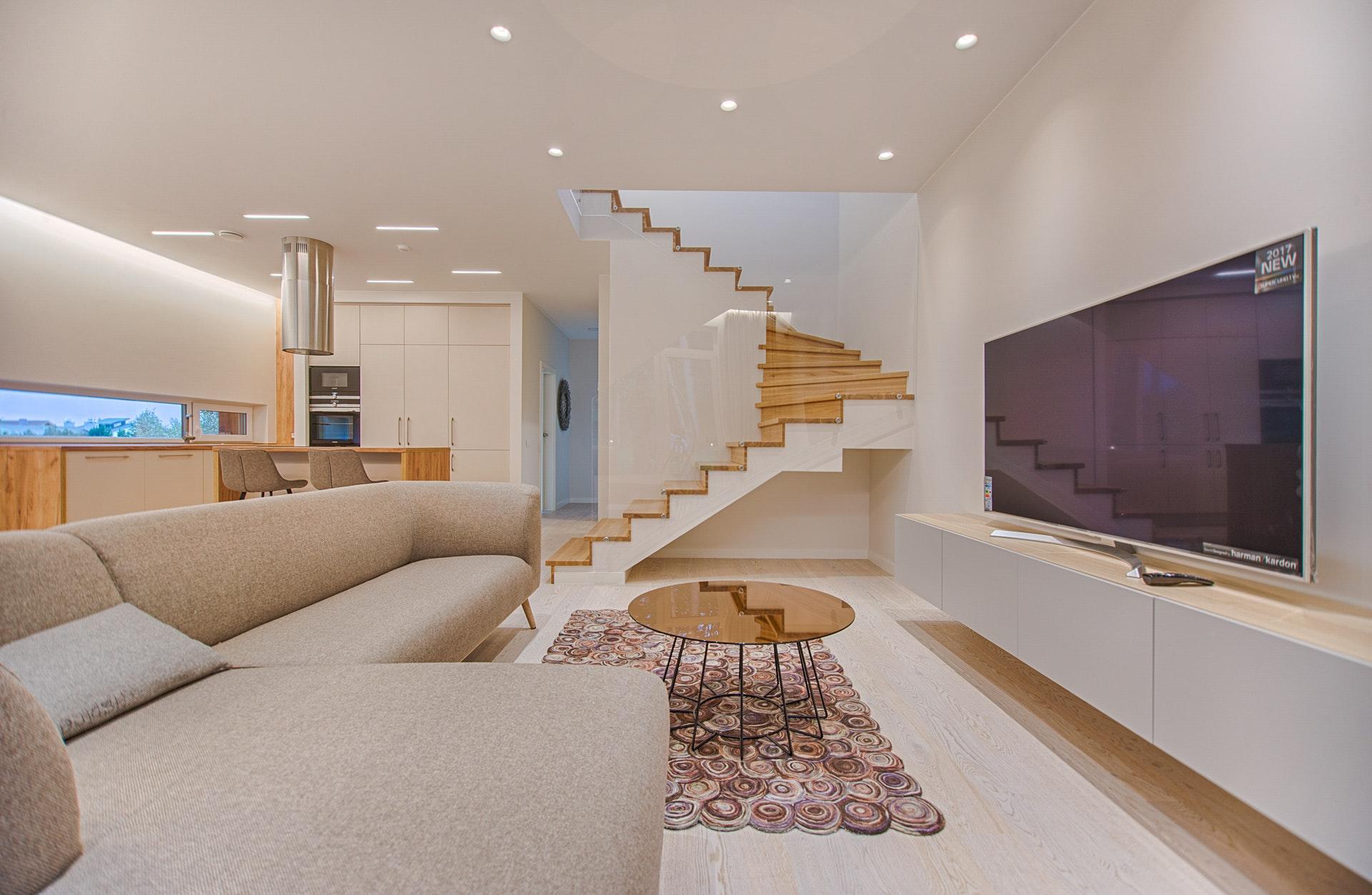 tágas nappali bézs fehér lépcsővel