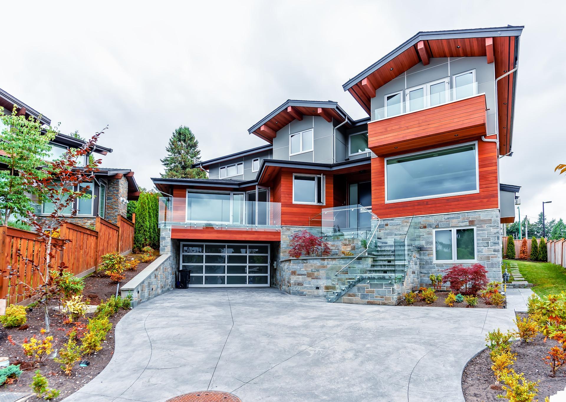 Természetes, kőből épült modern kivitelezésű családi emeletes ház
