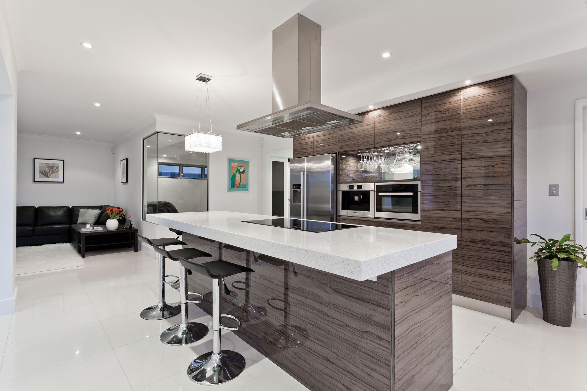 Modern konyha főzőszigettel, ezüst, barna, fekete, fehér