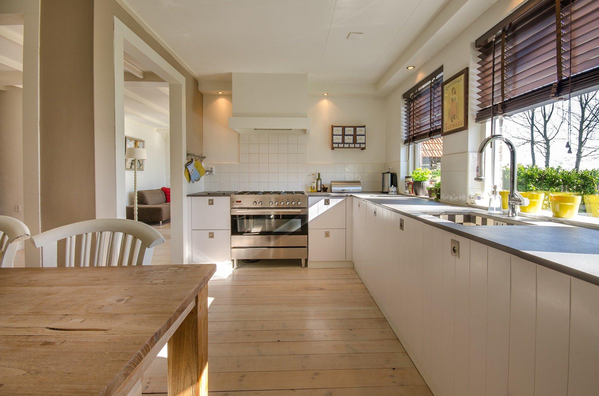 Egyszerű konyha, skandináv stílus, fehér, barna, fa