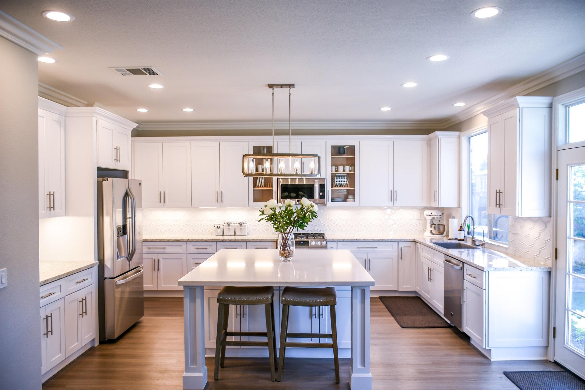 fehér konyha középen étkezőszigettel, világos, fényes
