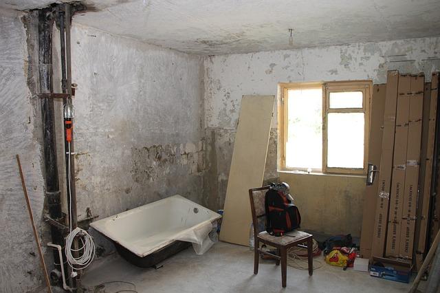 leamortizálódott szobabelső fürdőkáddal székkel elhagyatott