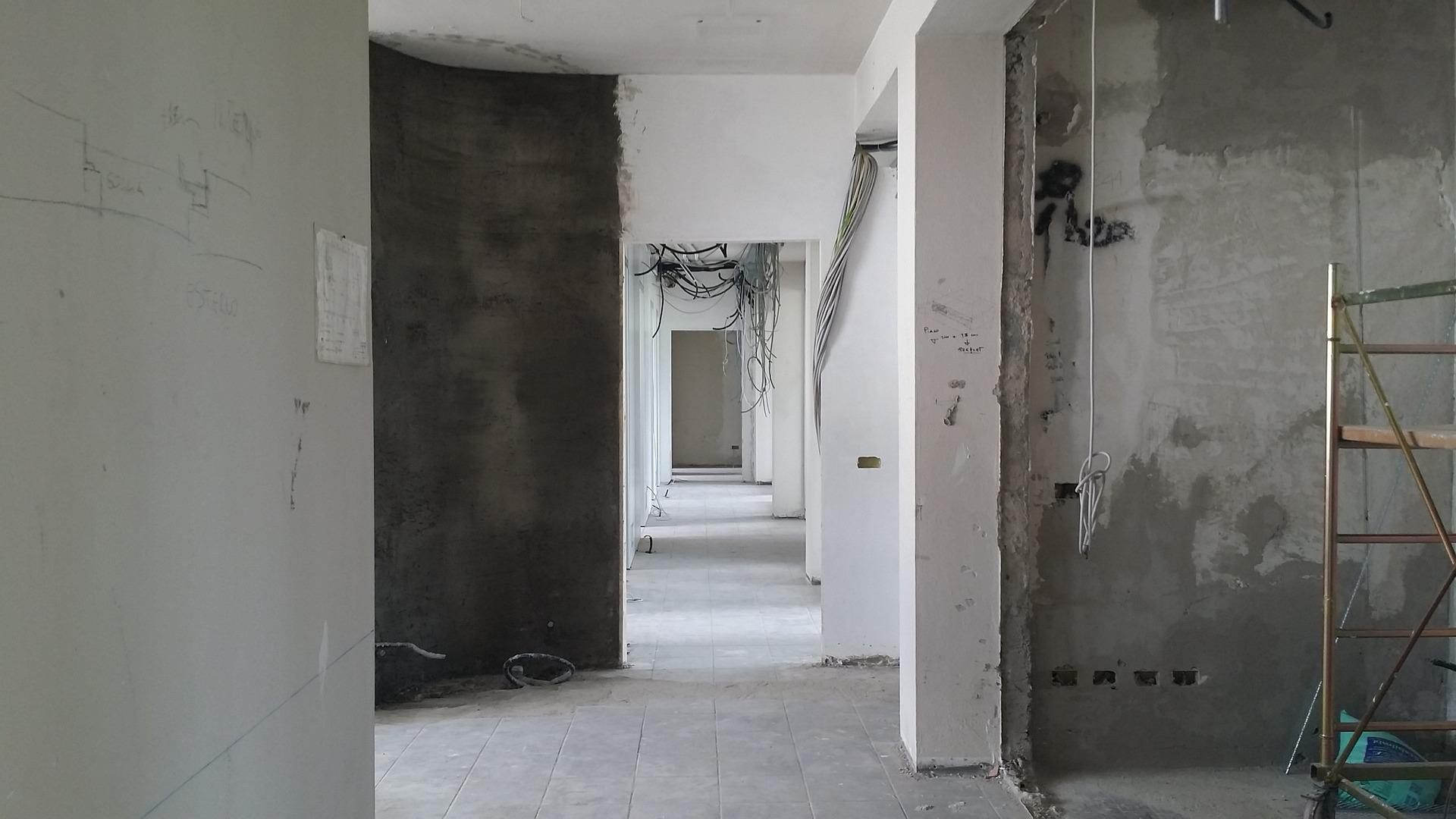 feljítás alatt álló otthon, fekete és fehér falak
