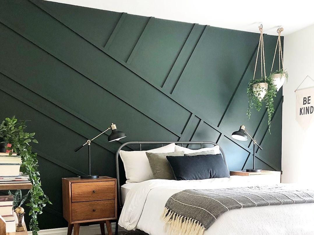 zöld fal berakással hálószobában