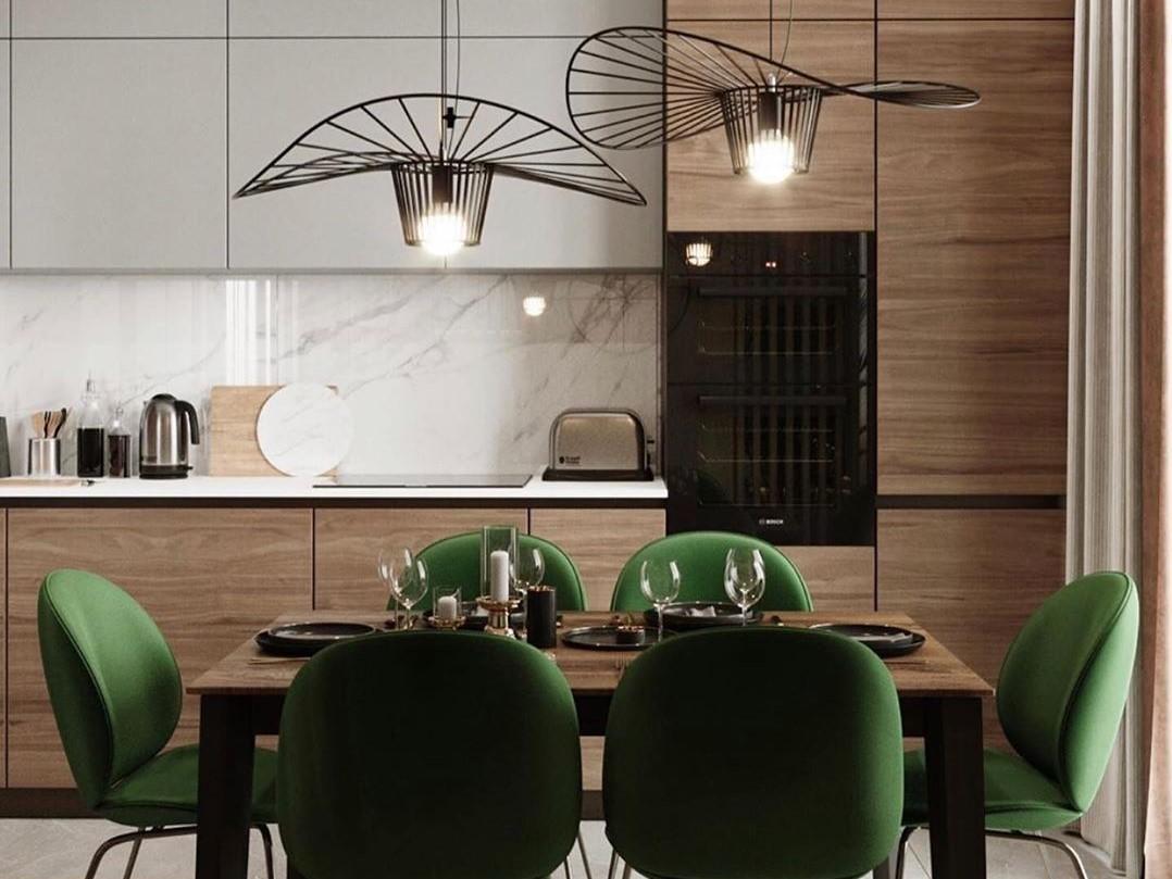 konyha-étkező zöld székekkel, női kalap formájú lámpákkal