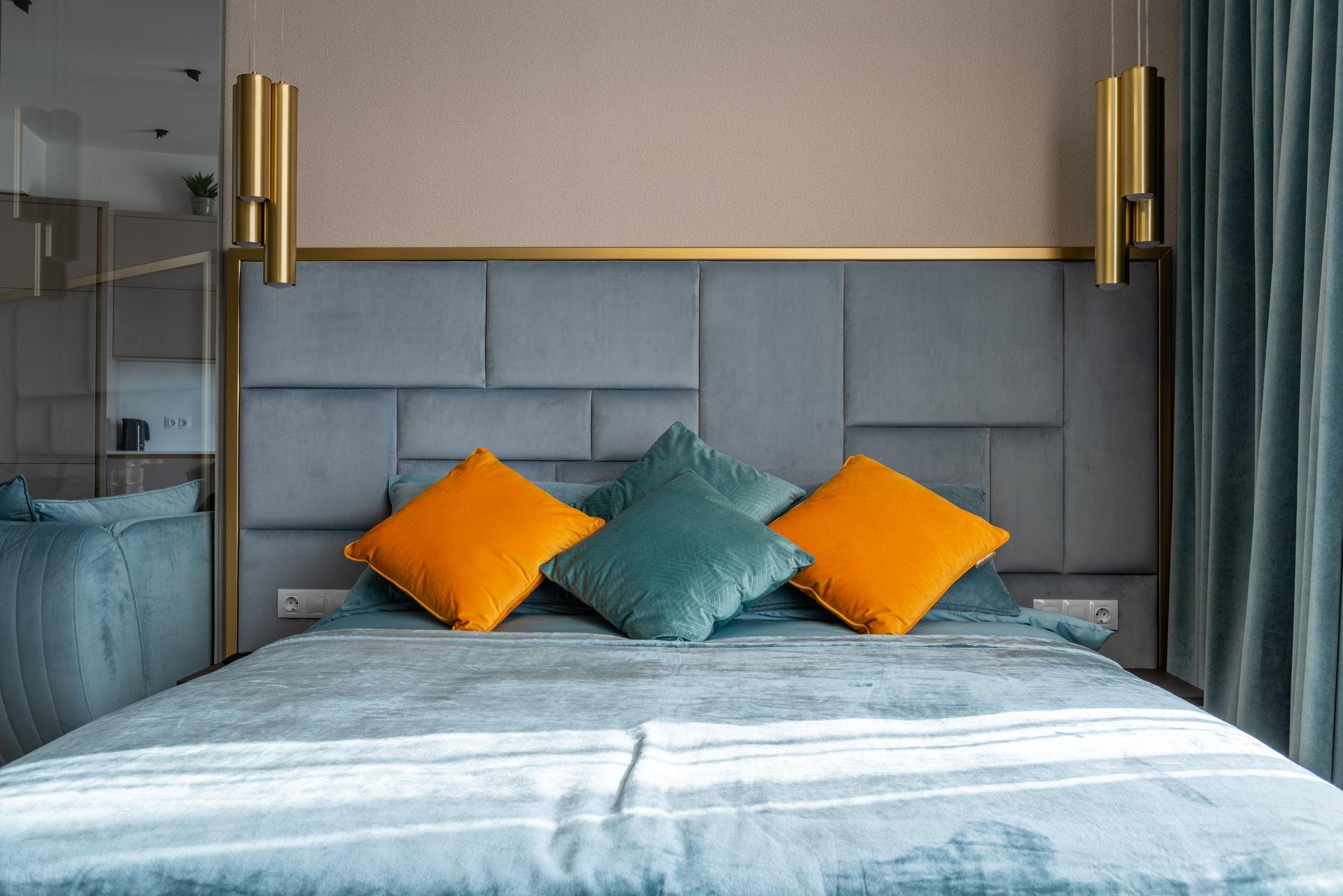 ágy színes párnákkal